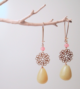 Serpentino drops with gold filigree and pink beads